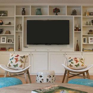 Idee per un grande soggiorno eclettico aperto con pareti bianche, pavimento in legno massello medio e parete attrezzata