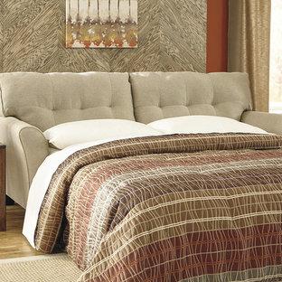 Foto di un soggiorno eclettico con pareti arancioni, pavimento in legno massello medio, nessun camino e pavimento marrone
