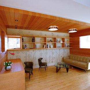 Foto de salón cerrado, actual, pequeño, sin chimenea y televisor, con suelo de madera clara y paredes beige