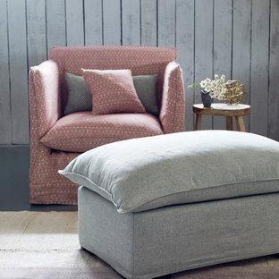 サリーの広いシャビーシック調のおしゃれな独立型リビング (フォーマル、白い壁、コンクリートの床、暖炉なし、テレビなし) の写真