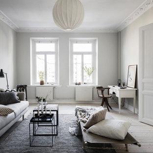 Foto på ett vintage separat vardagsrum, med grå väggar, ljust trägolv och beiget golv