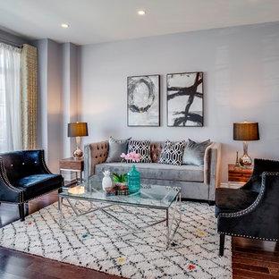 Imagen de salón para visitas cerrado, clásico renovado, grande, con paredes grises, suelo de madera oscura y suelo marrón