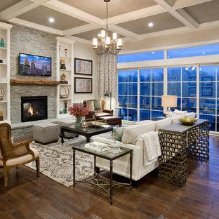 Idéer för att renovera ett vintage vardagsrum, med ett finrum, grå väggar, mörkt trägolv, en standard öppen spis, en spiselkrans i sten och en väggmonterad TV