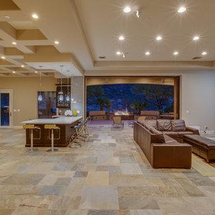 Foto de salón con barra de bar abierto, contemporáneo, grande, sin chimenea, con paredes marrones, suelo de pizarra y televisor colgado en la pared