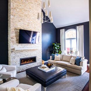 Bild på ett vintage allrum med öppen planlösning, med blå väggar, mörkt trägolv, en bred öppen spis, en väggmonterad TV och brunt golv
