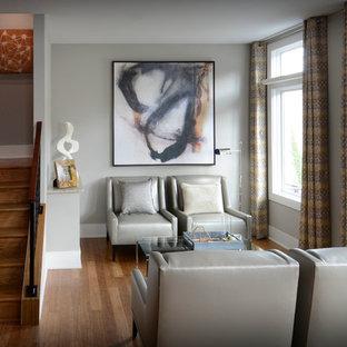 Esempio di un soggiorno minimal aperto con libreria, pareti grigie e pavimento in bambù