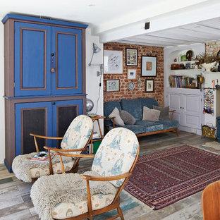 Foto di un soggiorno country di medie dimensioni e chiuso con stufa a legna, pavimento grigio e pavimento in legno verniciato