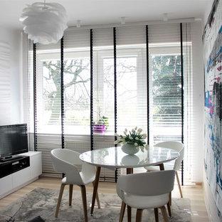 バッキンガムシャーの小さいモダンスタイルのおしゃれな独立型リビング (フォーマル、白い壁、ラミネートの床、暖炉なし、据え置き型テレビ、オレンジの床) の写真