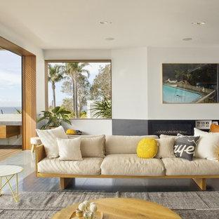 Großes, Offenes Modernes Wohnzimmer mit weißer Wandfarbe, Schieferboden, Gaskamin, Kaminsims aus Beton und Wand-TV in Sydney