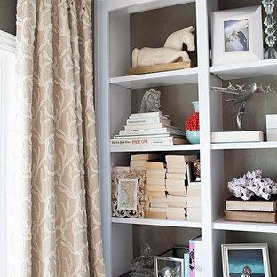 Idee per un soggiorno classico chiuso con pareti verdi, parete attrezzata e carta da parati