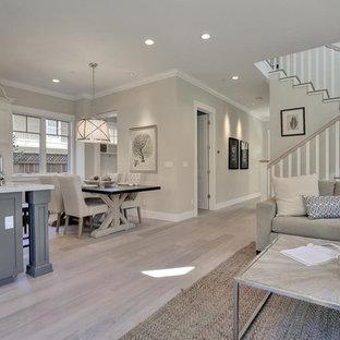 Стильный дизайн: открытая гостиная комната среднего размера в стиле современная классика с серыми стенами, светлым паркетным полом и серым полом без ТВ - последний тренд
