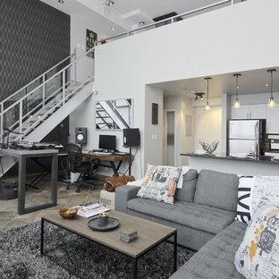 Inredning av ett eklektiskt allrum med öppen planlösning, med vita väggar