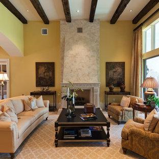 Diseño de salón abierto, tradicional, con paredes amarillas y chimenea tradicional