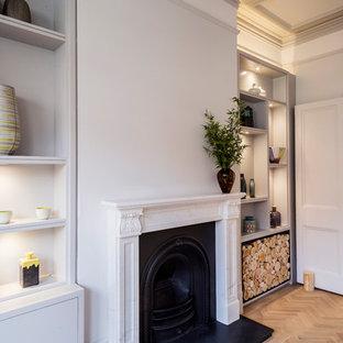 Ejemplo de salón abierto, clásico, grande, con paredes blancas, suelo de madera clara, estufa de leña, marco de chimenea de piedra, pared multimedia y suelo beige