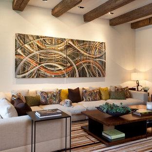 Modelo de salón cerrado, contemporáneo, extra grande, con paredes blancas y suelo de madera oscura
