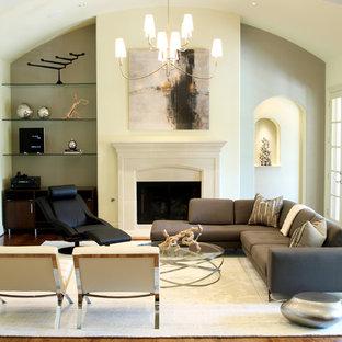 Imagen de salón actual, sin televisor, con paredes amarillas y chimenea tradicional