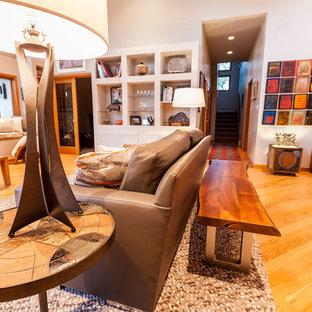 Imagen de salón para visitas abierto, ecléctico, pequeño, sin chimenea, con paredes blancas, suelo de madera en tonos medios, televisor independiente y suelo marrón
