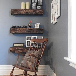 Esempio di un piccolo soggiorno country chiuso con pareti blu, parquet chiaro, camino sospeso, cornice del camino in legno, TV a parete e pavimento marrone