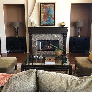 サンディエゴの中サイズのトロピカルスタイルのおしゃれな独立型リビング (フォーマル、ベージュの壁、濃色無垢フローリング、標準型暖炉、タイルの暖炉まわり、テレビなし、茶色い床) の写真