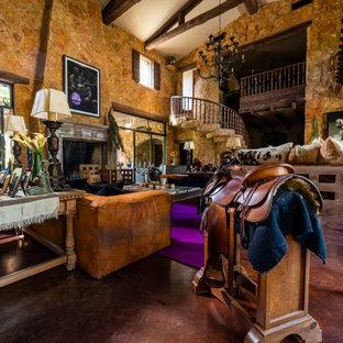 Immagine di un ampio soggiorno american style chiuso con sala formale, pavimento in sughero, camino classico, cornice del camino in pietra ricostruita, pavimento marrone e travi a vista