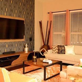 Foto de salón para visitas abierto, tradicional renovado, grande, sin chimenea, con paredes grises, suelo de madera oscura y televisor colgado en la pared
