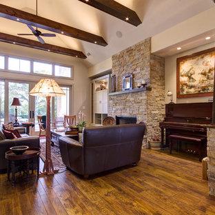 Foto di un soggiorno american style di medie dimensioni e aperto con pavimento in legno massello medio, camino classico, cornice del camino in pietra, TV nascosta e pareti beige
