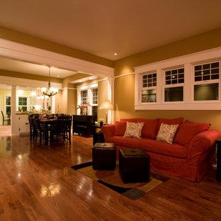 Foto di un soggiorno american style di medie dimensioni e aperto con pavimento in legno massello medio e TV autoportante