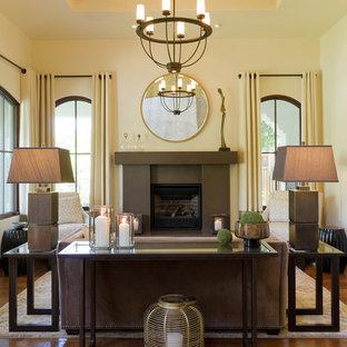 Esempio di un soggiorno contemporaneo di medie dimensioni e aperto con sala formale, pareti beige, camino classico, cornice del camino in metallo, nessuna TV, parquet scuro e pavimento marrone