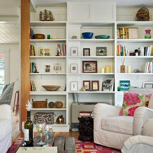 Aménagement d'un salon avec une bibliothèque ou un coin lecture bord de mer avec un mur blanc.