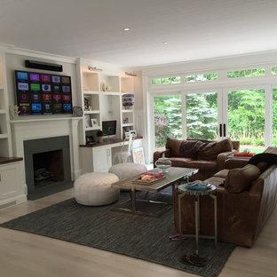 Aménagement d'un grand salon classique ouvert avec un mur blanc, un sol en bambou, une cheminée standard, un manteau de cheminée en plâtre et un téléviseur fixé au mur.