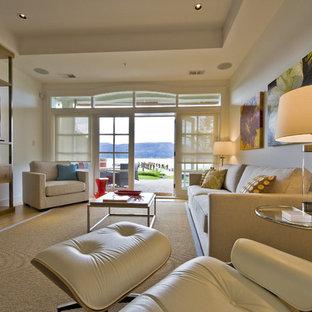 Ejemplo de salón costero con paredes blancas
