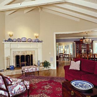 Imagen de salón clásico con paredes beige y chimenea de esquina