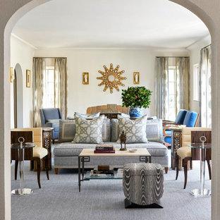ダラスの大きい地中海スタイルのおしゃれな独立型リビング (白い壁、濃色無垢フローリング、茶色い床、標準型暖炉、タイルの暖炉まわり、テレビなし) の写真