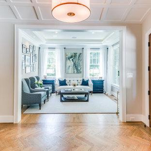 Exemple d'un salon craftsman de taille moyenne et fermé avec un bar de salon, un mur gris, un sol en bois brun, aucune cheminée, aucun téléviseur et un plafond à caissons.