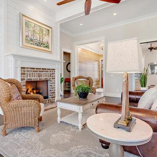 Неиссякаемый источник вдохновения для домашнего уюта: большая открытая гостиная комната в стиле кантри с бежевыми стенами, кирпичным полом, стандартным камином, фасадом камина из кирпича и коричневым полом