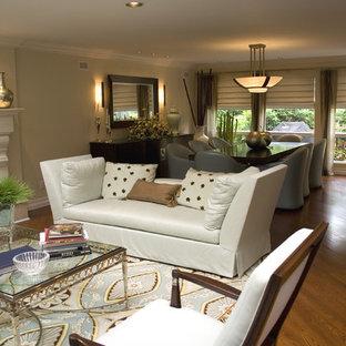 Großes, Repräsentatives, Fernseherloses, Offenes Modernes Wohnzimmer mit beiger Wandfarbe, Kamin und braunem Holzboden in New York