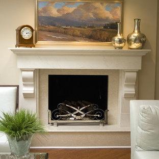 Großes, Fernseherloses, Offenes Modernes Musikzimmer mit beiger Wandfarbe, Kamin und braunem Holzboden in New York