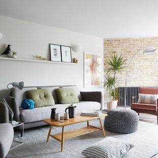 Idéer för att renovera ett funkis vardagsrum, med vita väggar och bambugolv