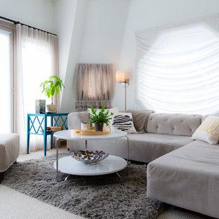 トロントの小さいビーチスタイルのおしゃれなLDK (白い壁、カーペット敷き、壁掛け型テレビ) の写真