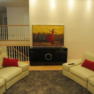 Esempio di un soggiorno di medie dimensioni e aperto con sala formale, pavimento in compensato, camino classico, cornice del camino in legno e TV a parete