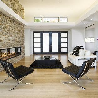 Неиссякаемый источник вдохновения для домашнего уюта: открытая гостиная комната среднего размера в современном стиле с полом из бамбука, фасадом камина из камня и горизонтальным камином