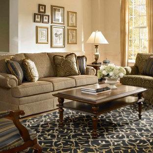 Klassisches Wohnzimmer mit beiger Wandfarbe in Boston