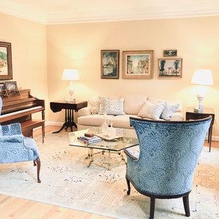 Idee per un soggiorno classico di medie dimensioni e chiuso con sala della musica, pareti gialle, parquet chiaro, nessun camino, nessuna TV e pavimento beige