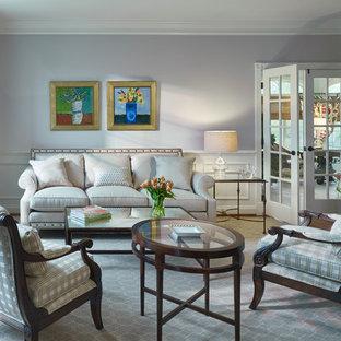 Esempio di un soggiorno chic di medie dimensioni e chiuso con sala formale, pareti viola, parquet chiaro, nessun camino e nessuna TV