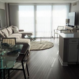 Immagine di un piccolo soggiorno minimal aperto con pareti marroni, parquet scuro e nessuna TV