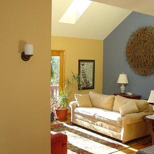 ワシントンD.C.の中サイズのコンテンポラリースタイルのおしゃれなリビングロフト (マルチカラーの壁、無垢フローリング) の写真