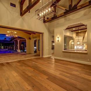 フェニックスの広い地中海スタイルのおしゃれな独立型リビング (無垢フローリング、フォーマル、ベージュの壁、暖炉なし、テレビなし、茶色い床) の写真