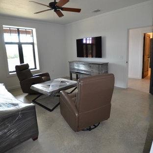 Ejemplo de salón cerrado y machihembrado, minimalista, de tamaño medio, machihembrado, con paredes blancas, suelo de cemento, televisor colgado en la pared, suelo gris y machihembrado