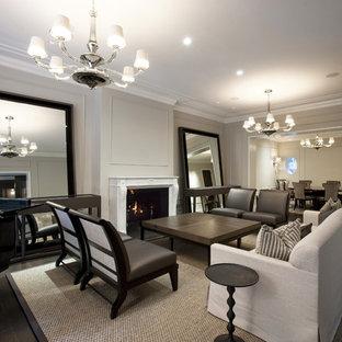 Repräsentatives Modernes Wohnzimmer mit grauer Wandfarbe und Kamin in Chicago