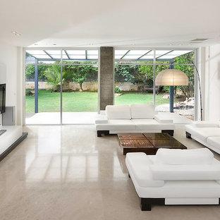 Стильный дизайн: огромная гостиная комната в стиле модернизм с телевизором на стене, мраморным полом и бежевым полом без камина - последний тренд